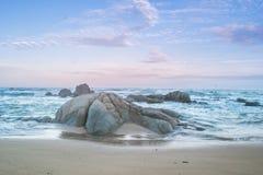 Strand en kleurrijke hemel in zonsondergangtijd Stock Foto's