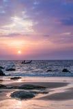 Strand en kleurrijke zonsondergang Royalty-vrije Stock Foto