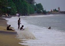 Strand en overzees in regenachtige dag stock fotografie