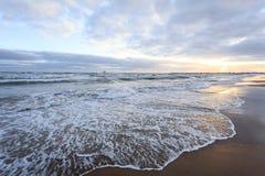 Strand en overzees tegen een cloudly hemel in de winter stock afbeeldingen
