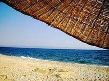 Strand en paraplu Stock Afbeeldingen