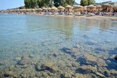 Strand en paraplu in het eiland Griekenland van Korfu Stock Afbeelding