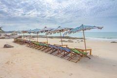 Strand en stoel op zandstrand royalty-vrije stock afbeelding