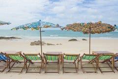 Strand en stoel op zandstrand stock foto