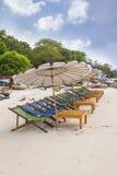 Strand en stoel op zandstrand stock fotografie