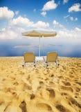 Strand en twee stoelen Stock Afbeelding