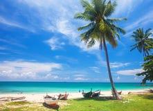 Strand en vissersboot, koh Lanta, Thailand stock foto's