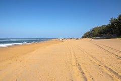 Strand en Voertuig het kust Afrikaanse Landschap van Bandsporen Stock Afbeeldingen