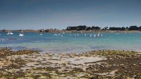 Strand en zeilboten bij Haven Blanc Bretagne Frankrijk stock video