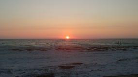 Strand en zonsonderganghemel stock afbeeldingen