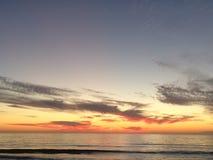 Strand en zonsonderganghemel royalty-vrije stock afbeelding