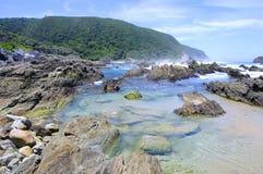 Strand entlang dem Otter-Wanderweg, Südafrika Stockbilder