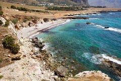 Strand entlang felsiger Seeküste Stockfotografie