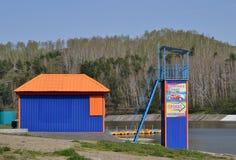 Strand errichtet auf der Bank des Teichs Redaktionelles Bild Stockbild