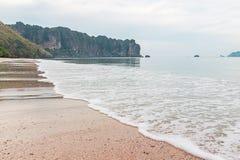 Strand för Ao Nang och vågor, Thailand Arkivbilder