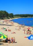 Strand för baltiskt hav på Kulikovo på en varm Juli dag Royaltyfri Fotografi
