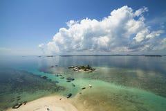 Strand för Belitung ` s - sikten uppifrån av fyren i den Lengkuas ön royaltyfria foton