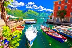 Strand för Limone sulGarda turkos och fartygsikt Royaltyfria Bilder