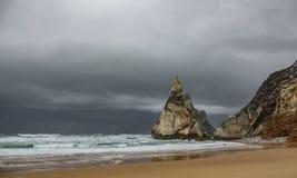 Strand för Praiada Ursa med stormiga moln Arkivfoto