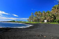 Strand för Punaluu svartsand, stor ö, Hawaii arkivfoton