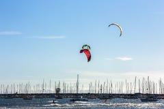 Strand för St Kilda på Melbourne Australien på en solig vårdag mot blå himmel royaltyfri foto