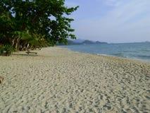 Strand för Thailand tropisk sandhav med berg i bakgrunden Arkivfoton