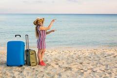 Strand, Feiertag, Ferien und Glück-Konzept - junge lächelnde Frau nahe dem Meer zeigend auf Kopienraum Lizenzfreie Stockfotografie