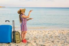 Strand, Feiertag, Ferien und Glück-Konzept - junge lächelnde Frau nahe dem Meer zeigend auf Kopienraum Lizenzfreie Stockbilder