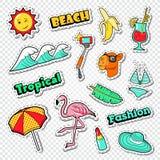 Strand-Ferien-Aufkleber eingestellt Tropisches Feiertags-Gekritzel mit Flamingo, Bikini und Cocktail vektor abbildung