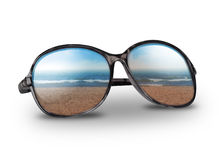 Strand-Ferien-Sonnenbrillen auf Weiß lizenzfreies stockbild