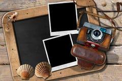 Strand-Ferien - Weinlese-Kamera und Muscheln Lizenzfreie Stockfotografie