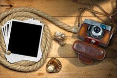 Strand-Ferien - Weinlese-Kamera und Muscheln Stockfotos
