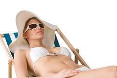 Strand - Frau im Bikini mit Hut ein Sonnenbad nehmend Lizenzfreies Stockfoto