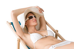 Strand - Frau im Bikini mit Hut ein Sonnenbad nehmend Stockfoto