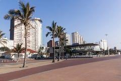 Strand Front Paved Promenade und Palmen Lizenzfreie Stockfotografie