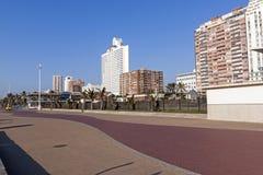 Strand Front Paved Promenade und Stadt-Skyline Stockbilder