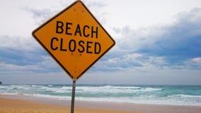 Strand-geschlossenes Zeichen auf Strand Lizenzfreie Stockfotos