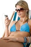 Strand - glückliche Frau entspannen sich im Bikini mit Musik lizenzfreie stockbilder