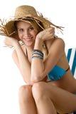Strand - glückliche Frau im Bikini mit Strohhut Lizenzfreie Stockfotos