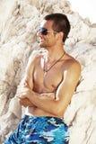 Strand. Glückliche stattliche Männer des Sommers Stockbilder