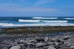 Strand in Gr Golfo in Lanzarote met golven tegen blauwe hemel stock foto's