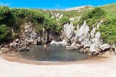 Strand Gulpiyuri, Asturien, Spanien Lizenzfreies Stockfoto