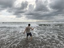 Strand Guy Running Water Clouds Stock Foto