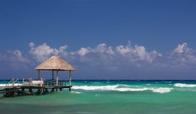 Strand-Hütte und Landung im karibischen Wasser lizenzfreies stockbild