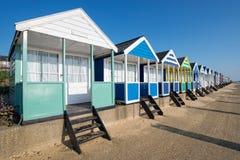 Strand-Hütten auf der Suffolk-Küste stockfotos
