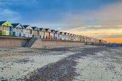 Strand-Hütten, die den Strand bei Southwold, Suffolk, Großbritannien zeichnen lizenzfreie stockfotos