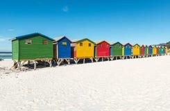 Strand-Hütten von Muizenberg nahe Cape Town, Südafrika stockbilder