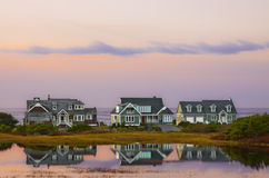 Strand-Haus-Sonnenuntergang-Reflexionen lizenzfreie stockfotos