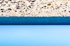 Strand hav, uppochnervänd himmel royaltyfri bild