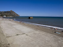 Strand in het dorp Kurortnoe dichtbij Karadag-berg. Stock Fotografie